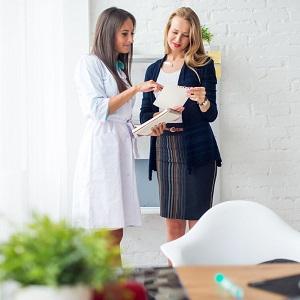 genetyka Pani lekarz tłumaczy wyniki badań młodej kobiecie biznesu