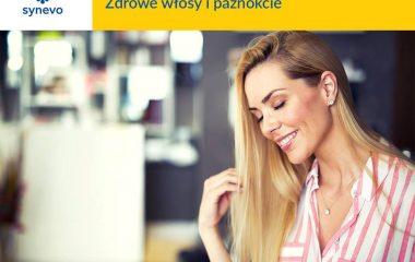 uśmiechnięte młoda kobieta z długimi blon włosami