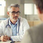 nowotwory jądra lekarz rozmawia z pacjentem