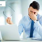 witamina d zmęczony mężczyzna przed komputerem